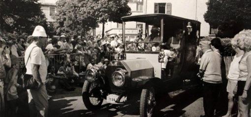 Défilé voitures anciennes à Sault